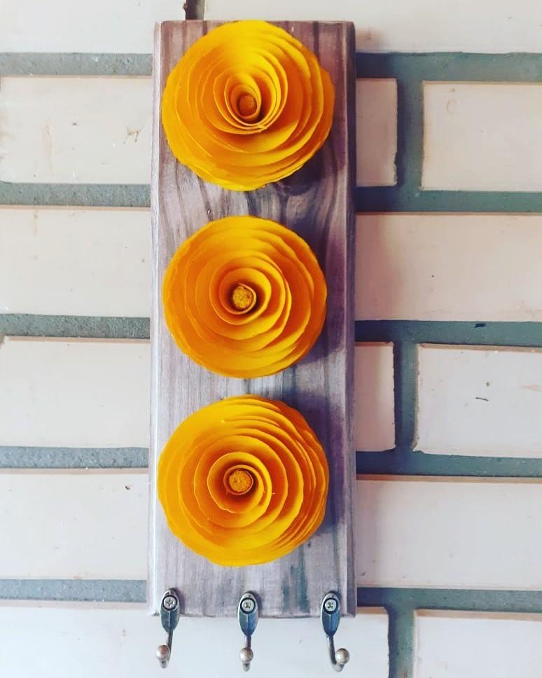 Porta chaves com 3 flores pequenas de madeira