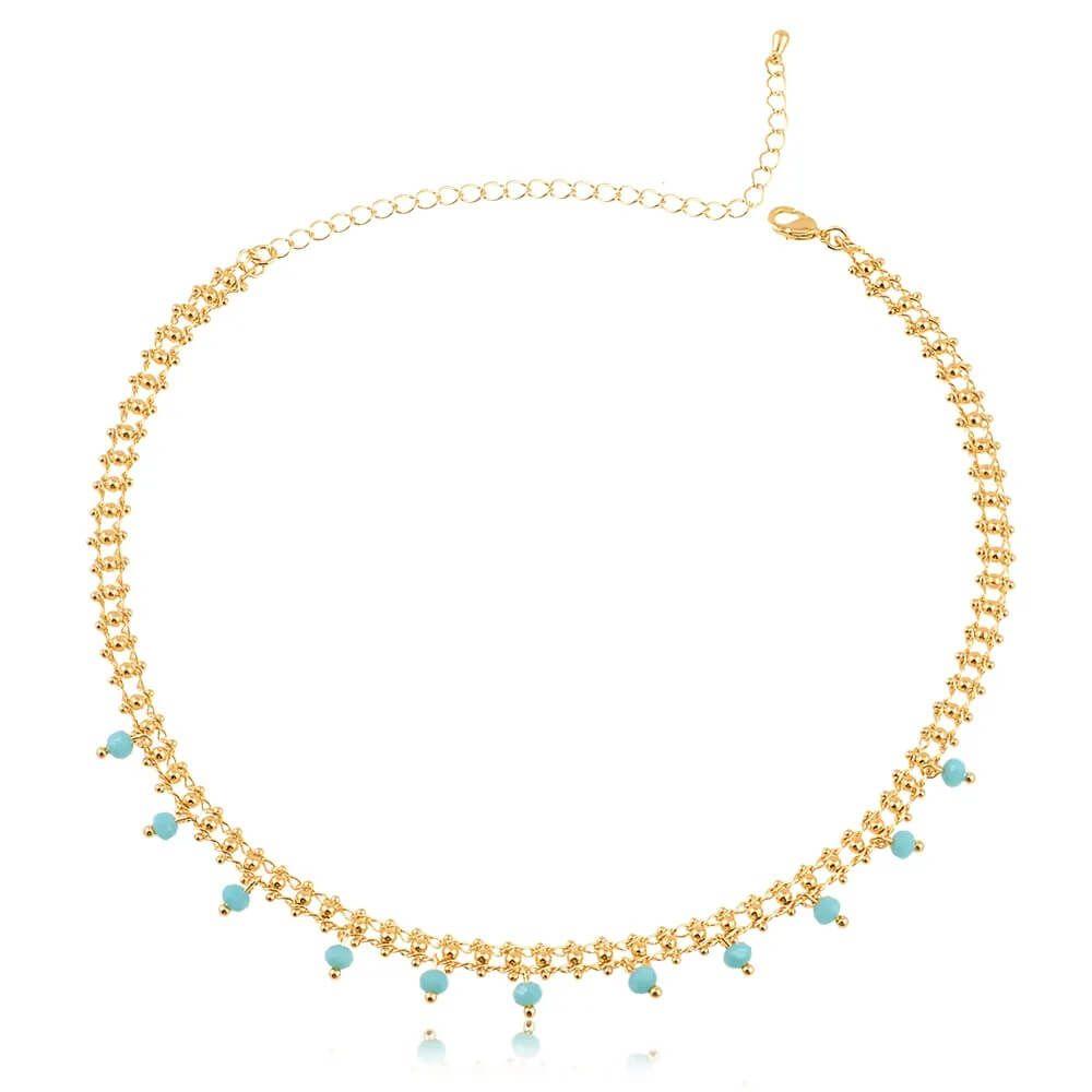Coleira choker com corrente estruturada e bolinhas azul turquesa folheada em ouro 18k