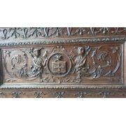 CASSONE- Arca em nogueira,estilo Renaissence - Itália séc. XVIII. Fina talha, brasonada ao centro: figuração de cruz, sobreposta por elmo, ladeada por figuras fantásticas meio-humanas de lanceiros, en