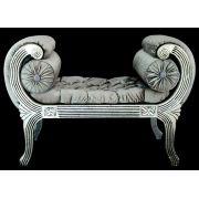 Recamier prata, madeira entalhada e com folha de prata, estofamento em capitonê. Importado. Medidas: 70 x 100 x 55 cm.