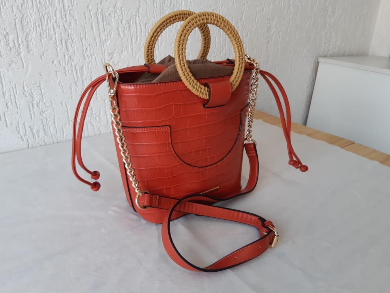 Bolsa com alça redonda estilo madeira