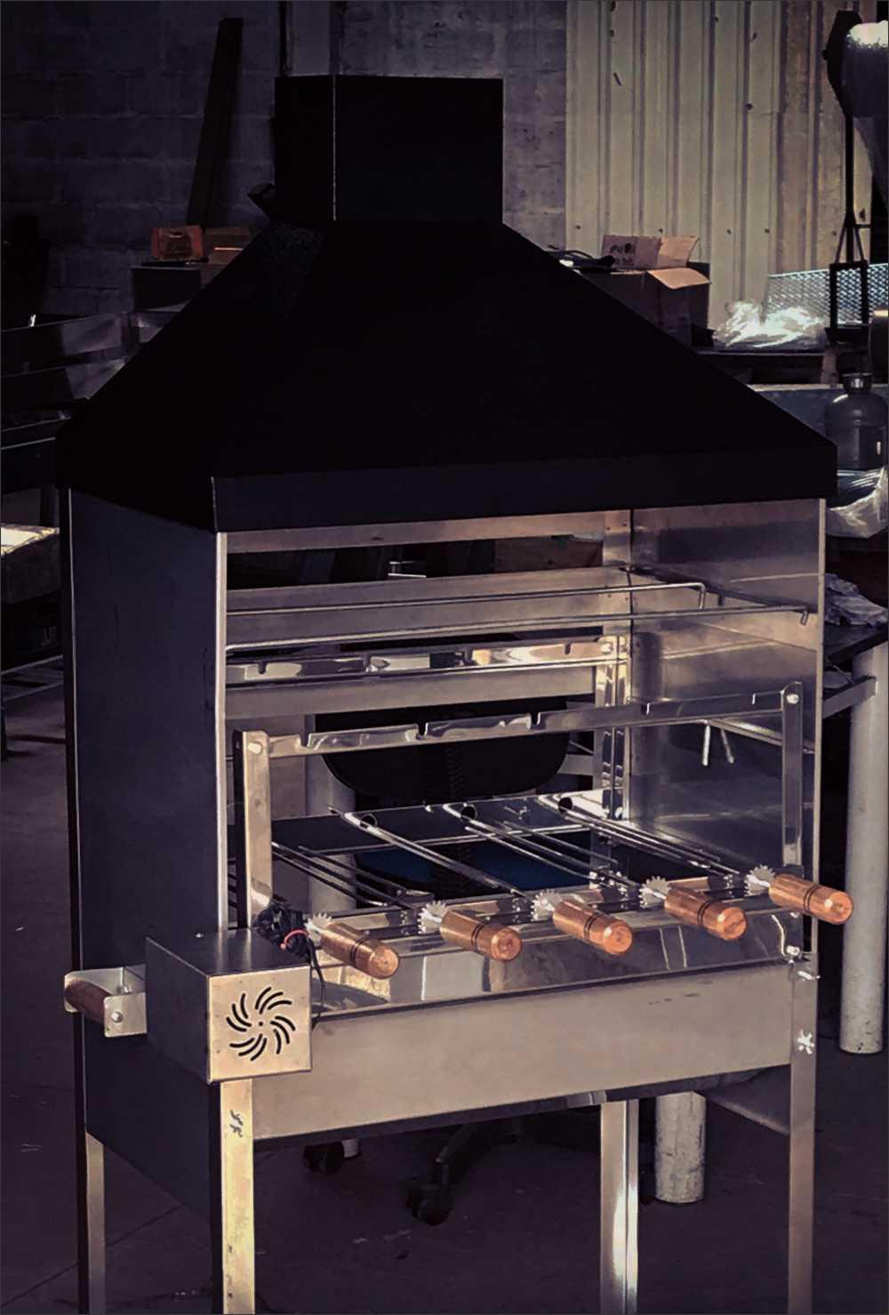 Churrasqueira Inox Luxo Com Coifa Preta Modelo Gourmet Tamanho 65x41 Com Kit Giratório Inox 5 Espetos