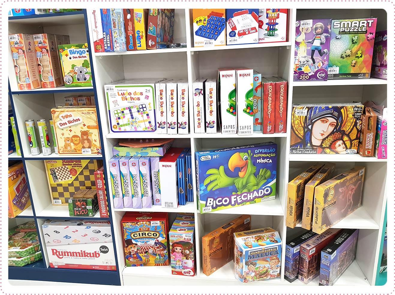 Temos jogos de tabuleiros clássicos, inteligentes, divertidos e atuais para todos os gostos e idades. Uma loja completa como essa tinha que ser a Brinquedos da Vila mesmo!!