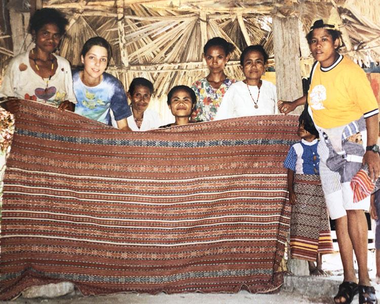 Patrícia e nativos de Boti segurando um ikat