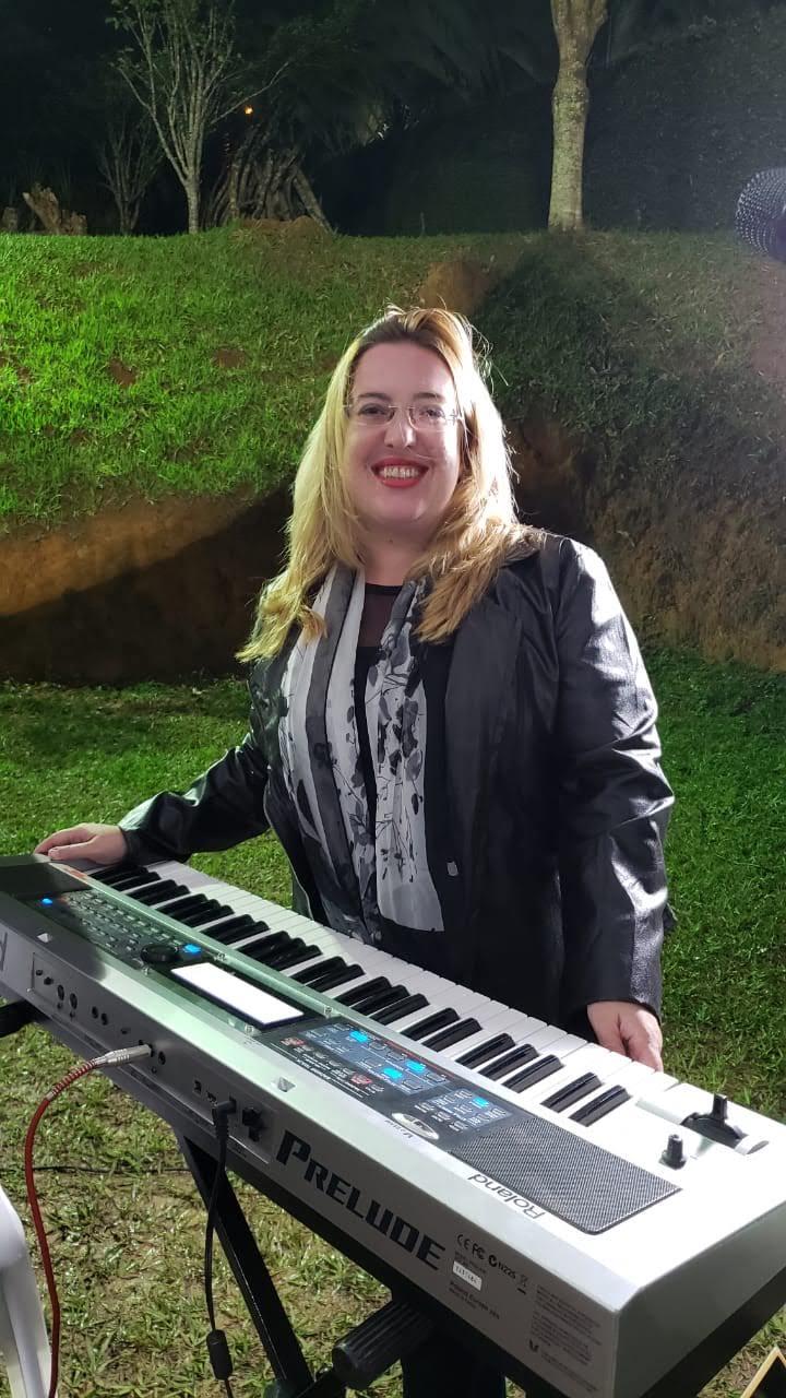 Sou Pianista, Empresária @lojamineiradomusico , Especializada em  noivas e faço a coordenação musical da sua cerimônia