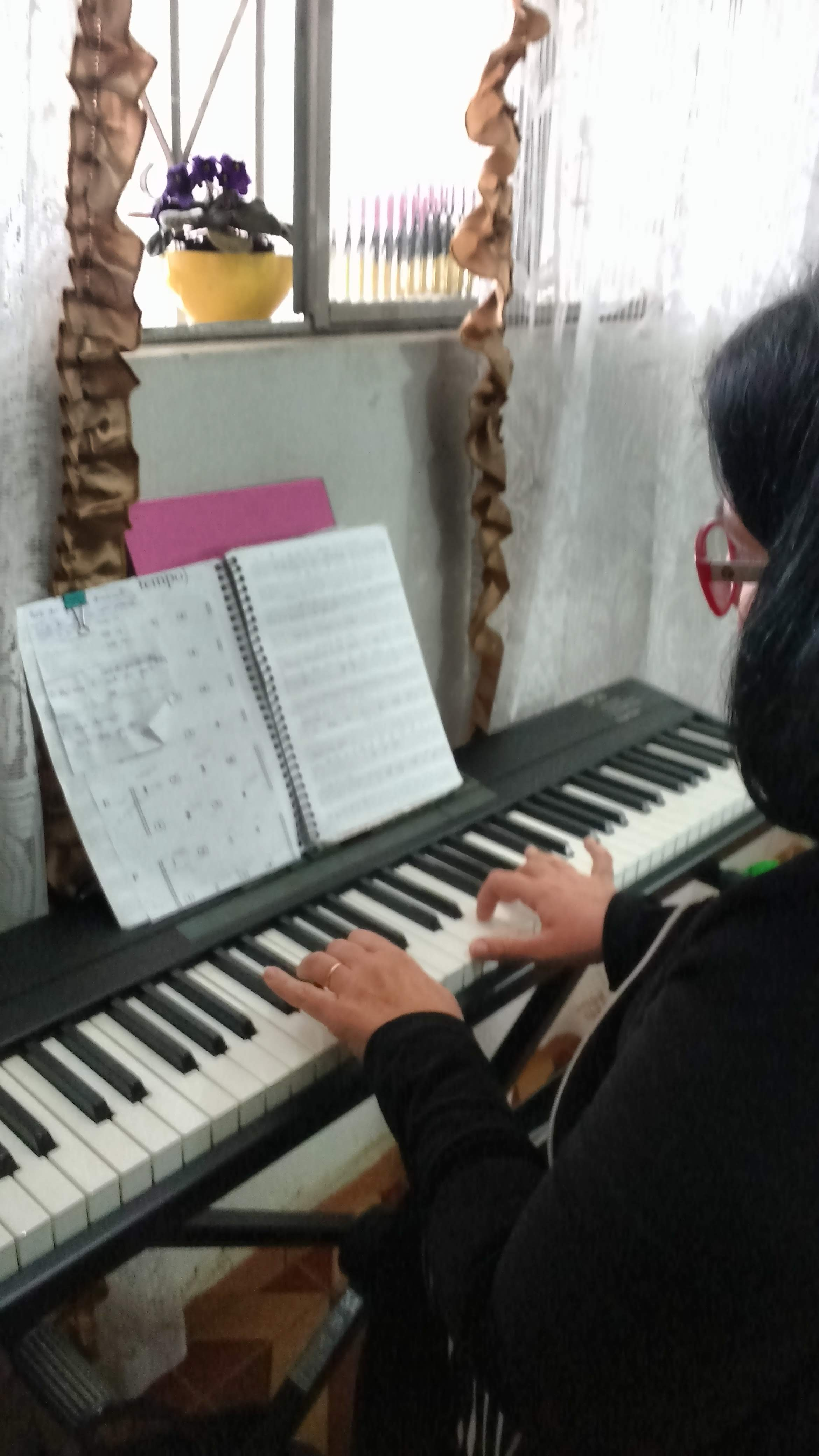 aulas de musica para mães em juiz de fora - aulas de teclado para senhoras - aulas de teclado para tocar no culto - aulas de teclado para tocar para o Senhor - teclado popular - @lucianetecladista Fale com @lucianetecladista pelo (32)98855-9211 e agende  sua aula de teclado iniciante em Juiz de Fora.  Ou compre pelo site da Loja Mineira do Musico e estude em casa pelas partituras, playbacks e muito mais. @lojamineiradomusico  quanto custa uma aula de teclado, aula particular de teclado, tabela de preços de aula de musica, professor de teclado particular, aula de piano jf, aulas de teclado preço, quanto custa uma aula de teclado, aula de teclado preço, Piano Completo para Iniciantes, piano por música, piano de ouvido, aulas particulares de teclado, Tocar de ouvido e por partitura,  Não é necessário conhecimento prévio de música, piano ou teclado A partir de sete anos, sem limite de idade É recomendável ter um teclado de 61 a 88 teclas   Curso estruturado para os Iniciantes e para os que desejam retomar os estudos.  Através de agradáveis lições práticas e teóricas, gosto de ir criando o curso adaptando-o à você e ao seu estilo de aprenduzado,  trabalho com estudantes de todas as idades que desejam entrar pra começar o curso ou se aprimorar no maravilhoso mundo da musica, quem parou e quer recomeçar,  e quem nunca tocou, estou preparada para receber você e acompanhar seu crescimento.   Logo você estará apto a executar várias músicas.