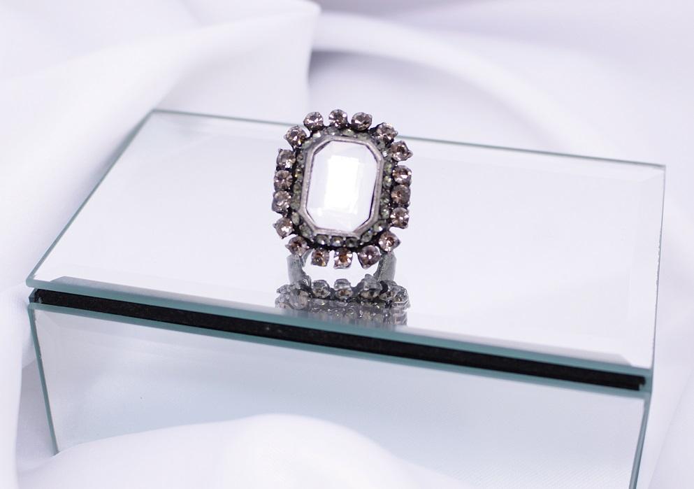 anel de elástico com pedra branca