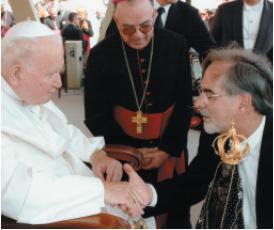 Papa recebe a Réplica Perfeita de Nossa Senhora Aparecida