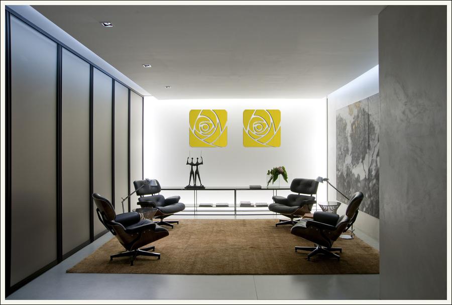 decoração de parede com espelho dourado