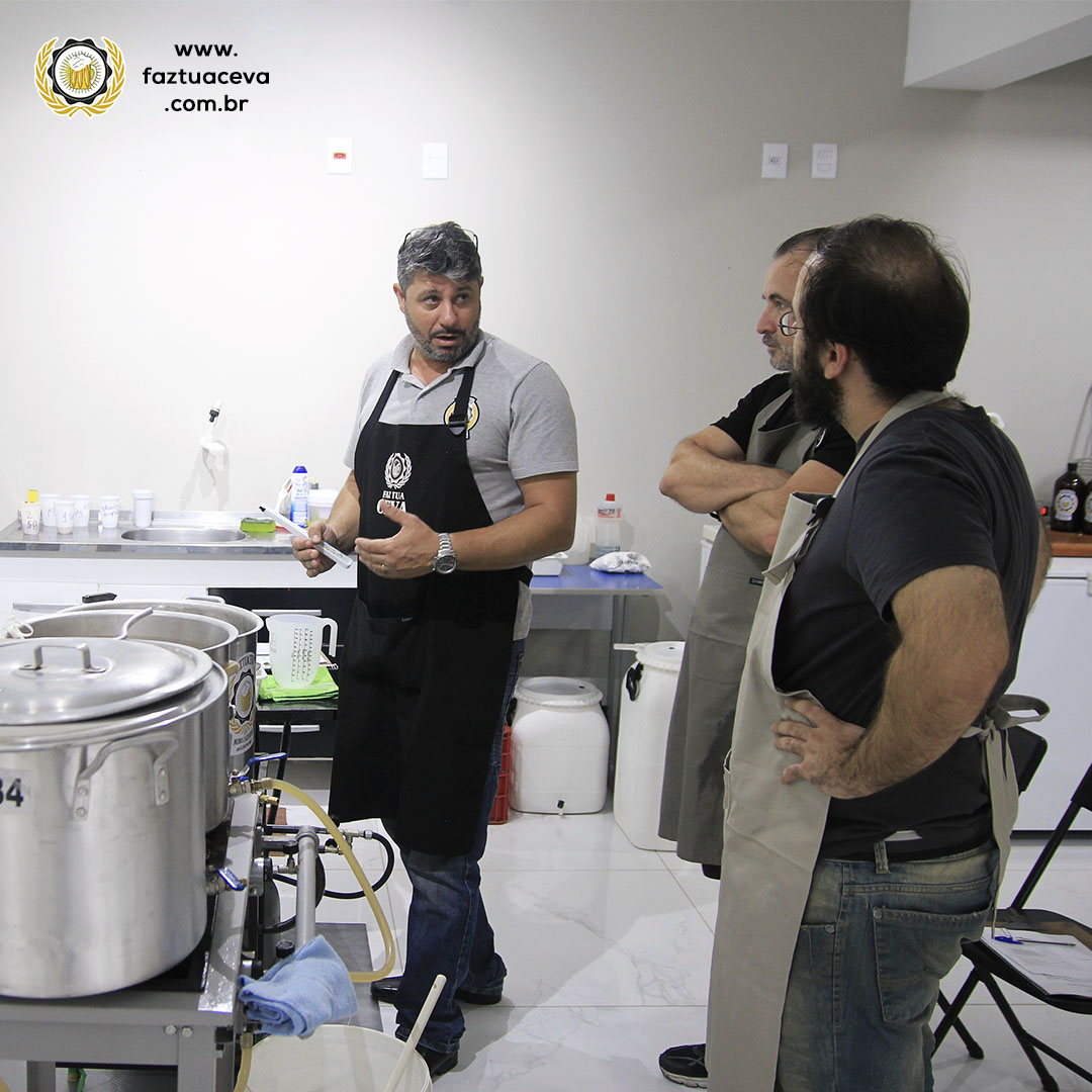 Professor Roberto [à esquerda] passando a instrução para os dois alunos [à direita]