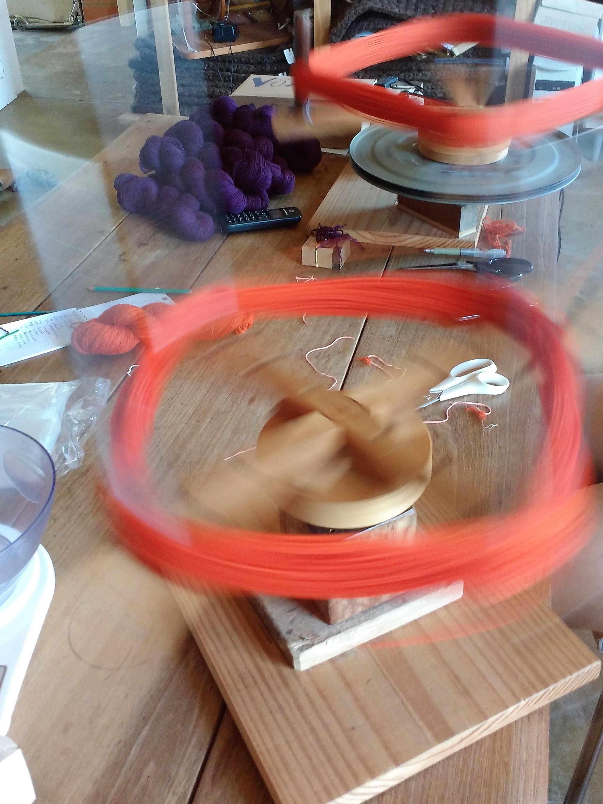 Meadeiras repassando fios