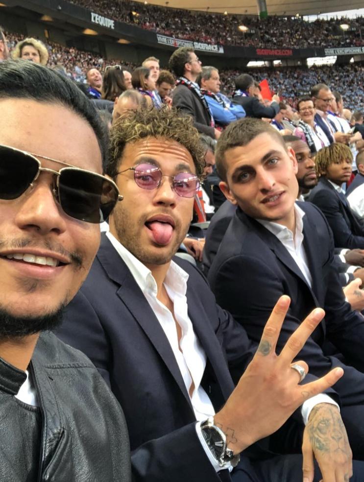 58003d955 De estrela para estrela Neymar Jr., não esqueceu o seu óculos com lentes  rosa. A WiikGlass esta atenta e ajudando a criar tendências.