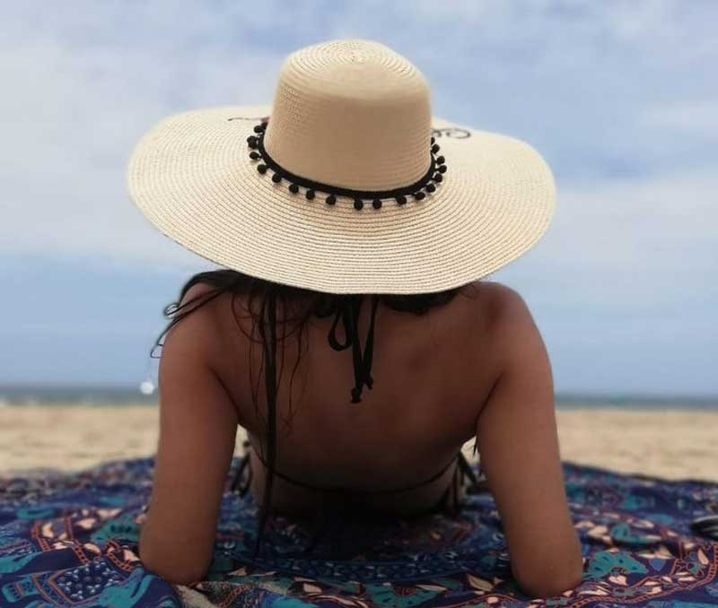 Chapéu de praia feminino em palha