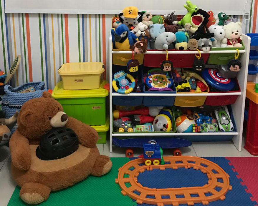 Organizar quarto infantil caixas eitquetadas e armário de brinquedos