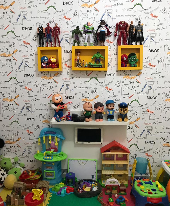 Estante com tv em quarto infaitl organizado com brinquedos infatis