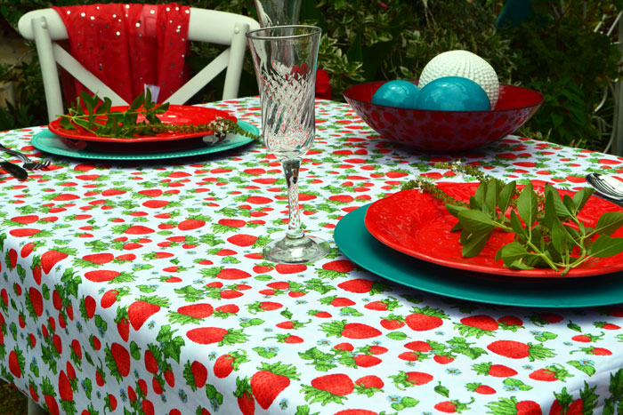 Toalha de Mesa branca com estampa de morangos
