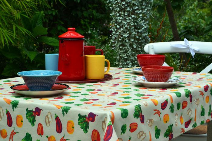 toalha de mesa retangular 6 lugares bege com estampas de vegetais