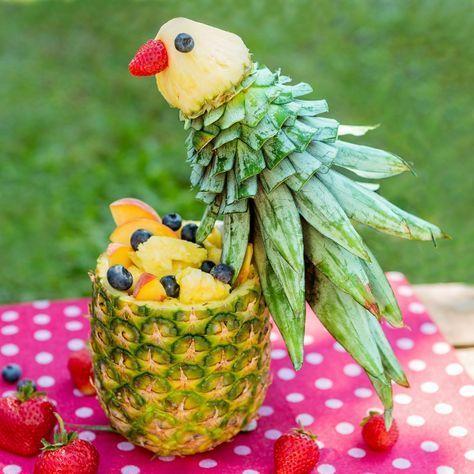decoração de mesa com esculta de frutas no café da manhã