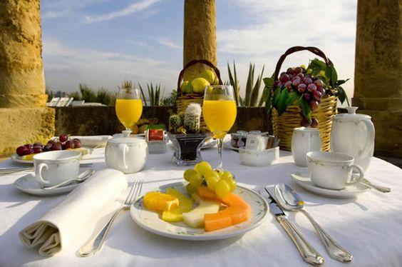 decoração de mesa de café da manhã em família ao ar livre