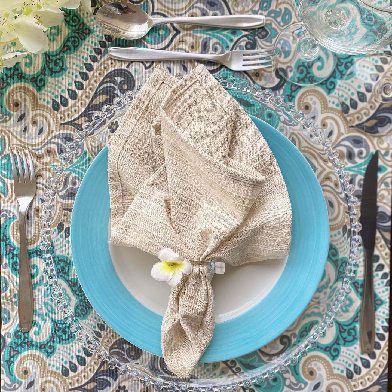 toalha de mesa quadrada verde com guardanapo bege de linho