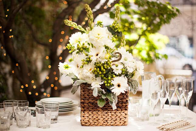 cesta de vime como elementos que decorar a mesa