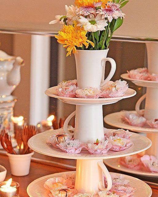criativo arranjo de mesa com xícaras e pires para decoração de mesa