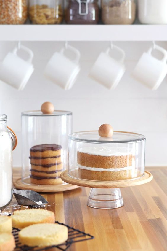 decoração de mesa de café da manhã com boleiras