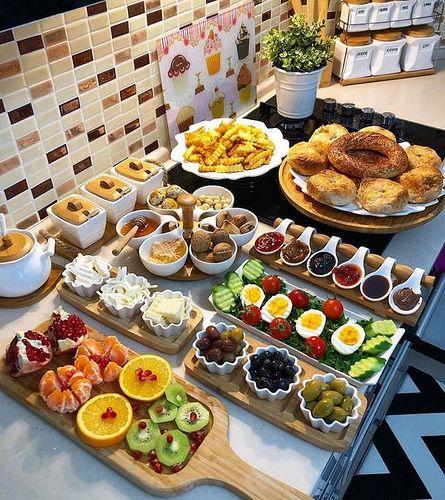 decoração de mesa de café da manhã com hóspedes