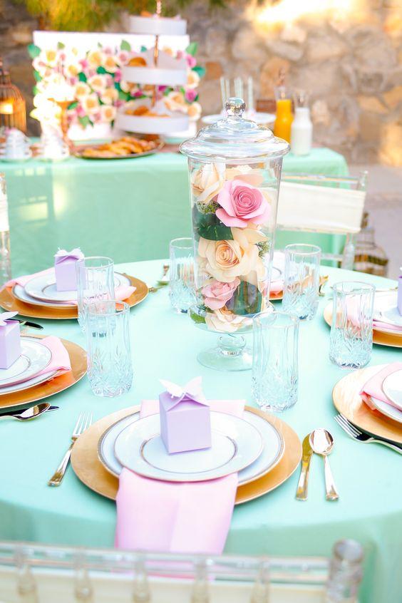decorando a mesa com toalha de mesa oxford azul bebê para festa de aniversário