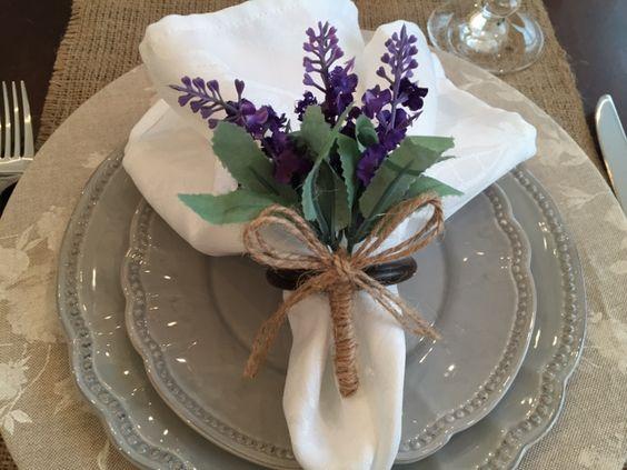 guardanapo de pano branco com lavanda
