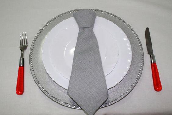 dobradura de guardanapos de algodão em formato de gravata