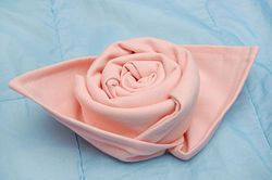 dobradura em guardanapos de algodão em formato de rosas