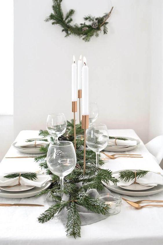 guardanapo branco de tecido com mesa decorada