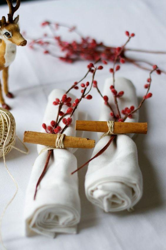 guardanapos de tecido branco com canela