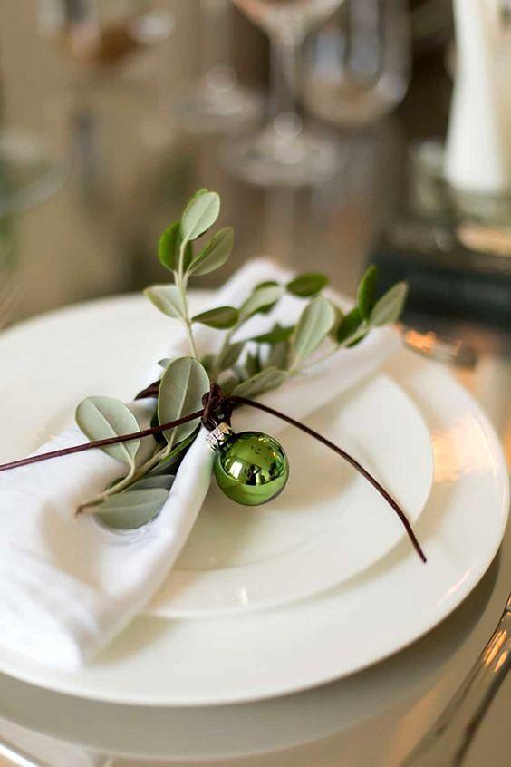 guardanapos de tecido branco com dobradura para o natal