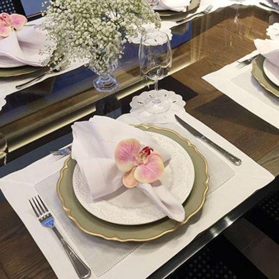 guardanapo de tecido branco na decoração de mesas