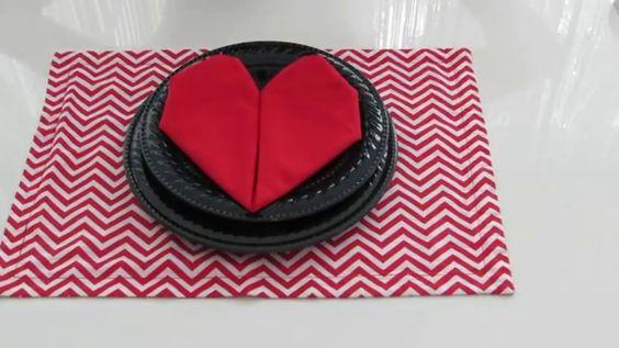 dobradura de guardanapos de algodão formato de coração