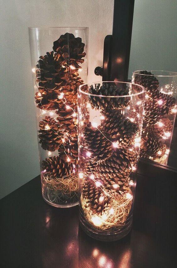 luzes e pinhas para decorar a mesa