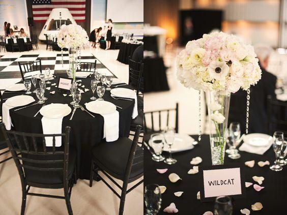 toalha de mesa preta com guardanapos brancos