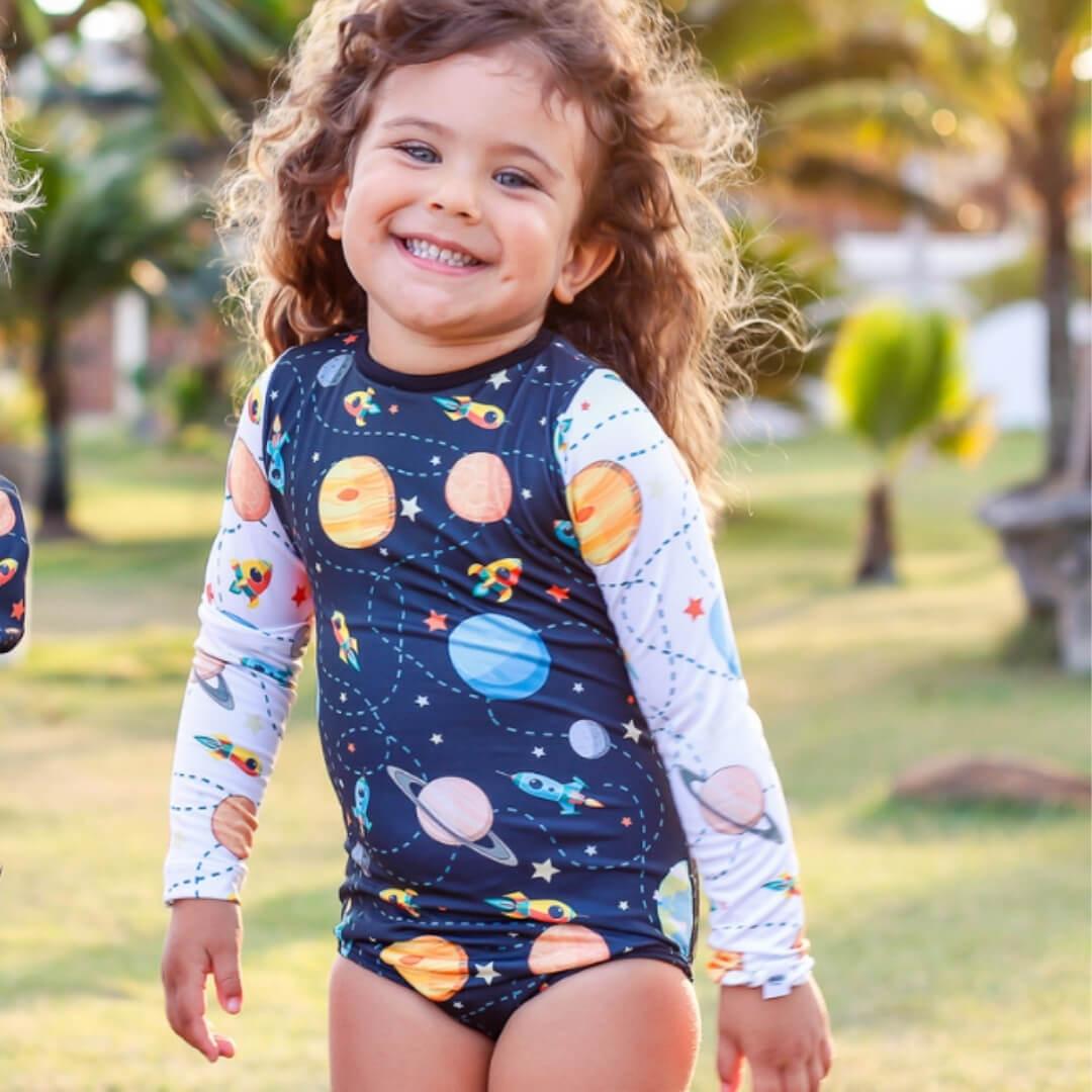 moda praia menina com proteção solar 50+