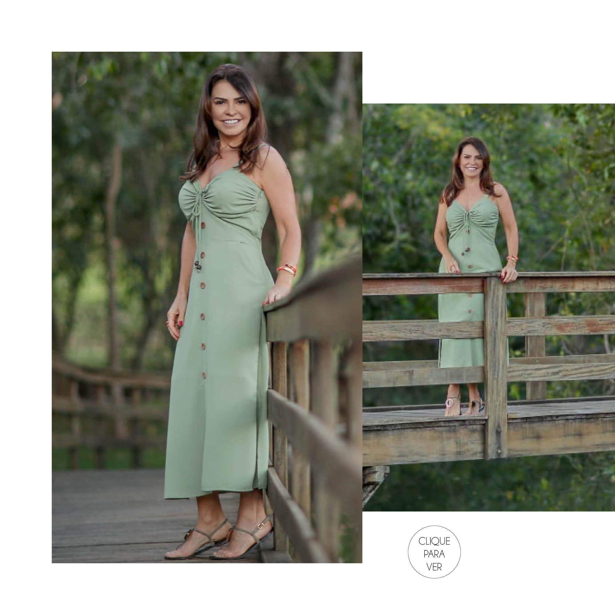 Vestido longo com detalhes em madeira na cor verde.