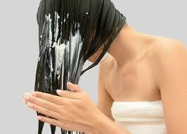 mulher lavando o cabelo depois da praia
