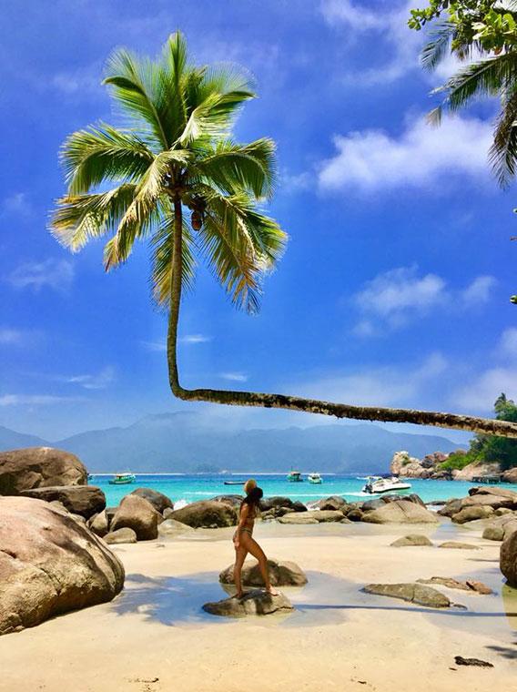 mulher de biquini na praia do aventureiro em ilha grande