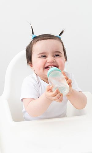 Bebê bebendo agua