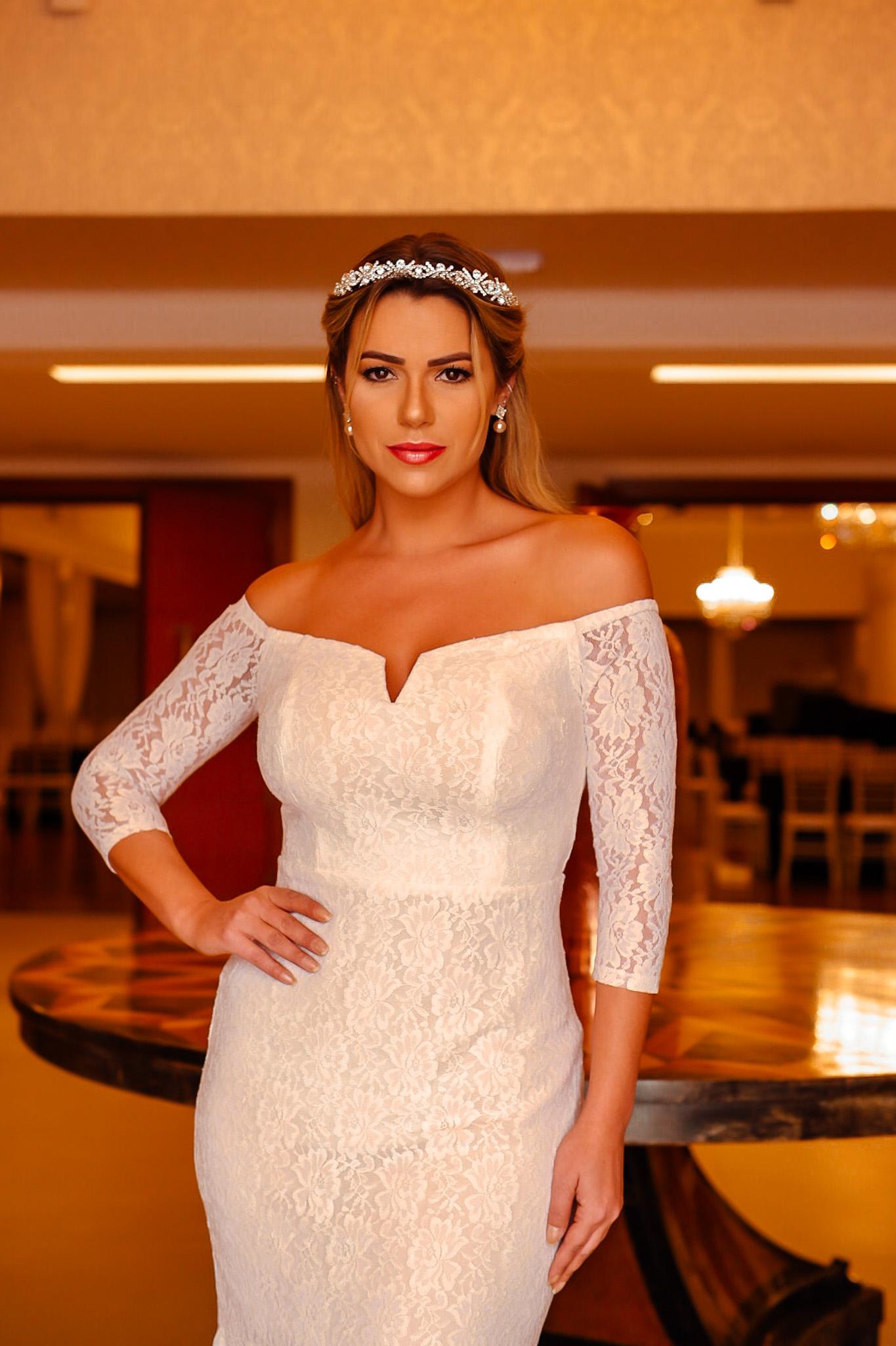 Lucila usando tiara de noiva