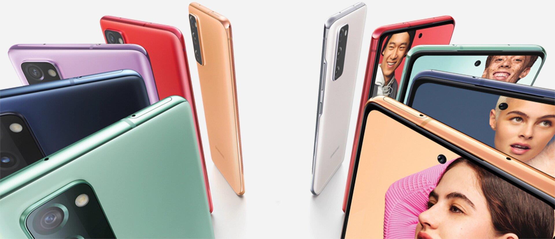 Onze smartphones Galaxy S20 FE na vertical formando um círculo, alternando as cores Cloud Navy, Cloud Red, Cloud Lavender e Cloud Mint. Alguns são vistos de trás e outros de frente, com fotos de pessoas na tela. Cada pessoa se posiciona contra um fundo de cor que corresponde à cor do smartphone.