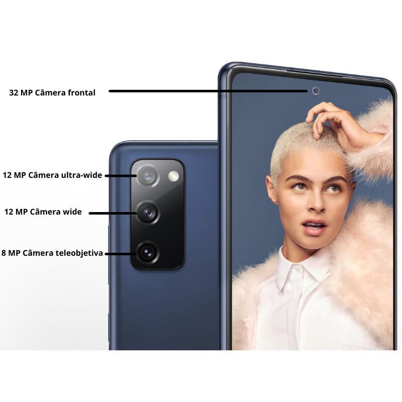 Dois smartphones Galaxy S20 FE na cor Cloud Navy, um visto detrás e outro visto de frente. O smartphone visto da parte traseira mostra as localizações da câmera ultragrande-angular de 12MP, da câmera grande-angular de 12MP e da câmera teleobjetiva de 8MP. O smartphone visto de frente tem o retrato de uma mulher na tela e mostra a localização da câmera frontal de 32MP.