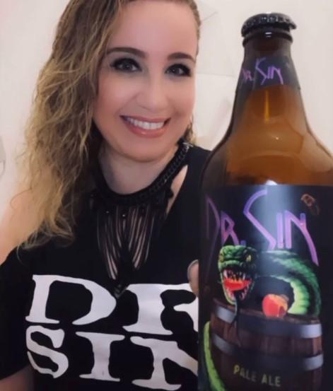 Paty Sigiliano é sommelier de cervejas e apaixonada por rock