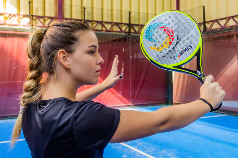 Raquete de padel Touch 2021 empunhada pela jogadora de padel
