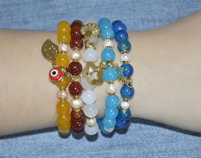 pulseira colorida de pedra